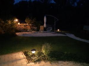 napozó terasz éjszakai fényben