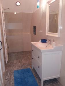 Szamárhát kék-fehér fürdőszobája
